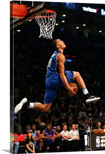 Aaron Gordon of the Orlando Magic dunks in the Verizon Slam Dunk Contest