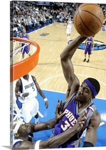 Amare Stoudemire 32 of the Phoenix Suns dunks the Dallas Mavericks
