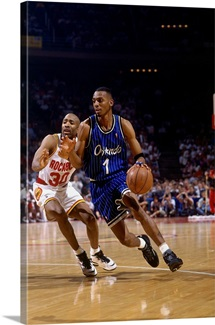 Anfernee Hardaway of the Orlando Magic drives past Kenny Smith