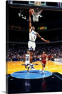 Anfernee Hardaway of the Orlando Magic shoots against the Chicago Bulls