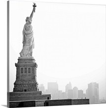 Black and white image of statue of Liberty