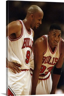 Chicago Bulls guards Ron Harper and Scottie Pippen confer during a game