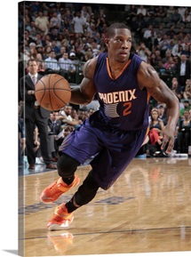Eric Bledsoe 2 of the Phoenix Suns drives against the Dallas Mavericks