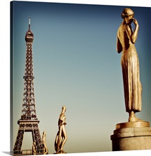 Statues of Trocadero with Eiffel Tower in  background.