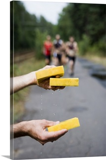 Wet sponges for athletes running in triathlon