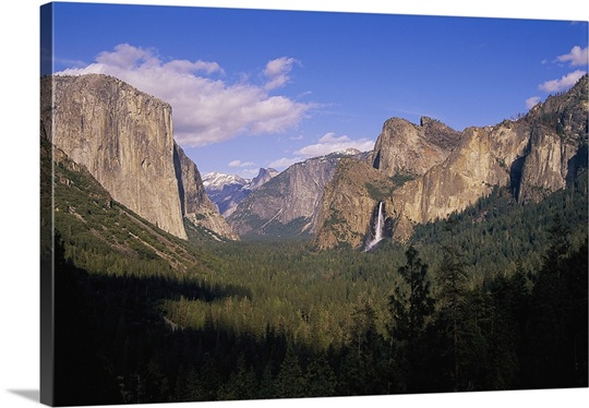 A scenic view of cliffs at Yosemite National Park, California