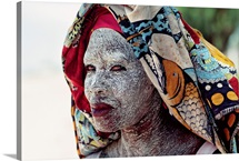 An African woman protects her face from the equitorial sun in the city of Mocambique