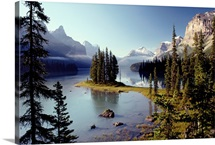 Maligne Lake, which is the largest and deepest lake in Alberta&amp;#39;s Jasper National Park, Canada