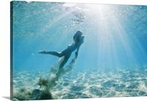 Hawaii, Maui, Makena, Young woman swimming to ocean surface