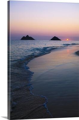 Hawaii, Oahu, Kailua, Lanikai, Sun Sinking Below Horizon On Beach
