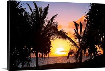 Hawaii, Oahu, Kailua, Lanikai, Vibrant sunset with a couple on beach