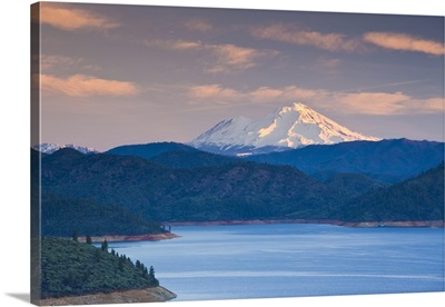 California, Shasta Lake and view of Mount. Shasta, dawn