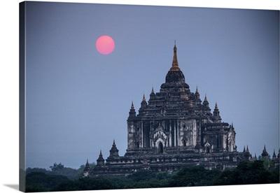 Myanmar, Bagan. Sunset on Thatbyinnyu Temple