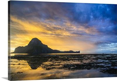 Sunset light over the bay of El Nido, Bacuit Archipelago, Palawan, Philippines