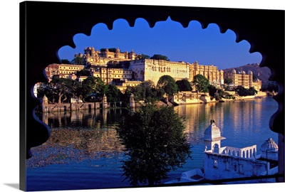 Asia, India, Rajasthan, view of the imposing City Palace along the lake