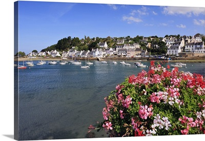 France, Brittany, Finistere, Dourduff-en-Mer, View along the seafront