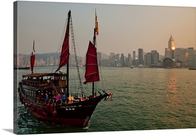 Hong Kong, Traditional junk in the Victoria Harbor with the city skyline