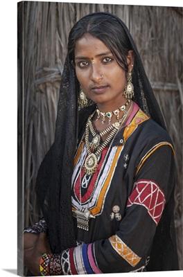 India, Rajasthan, Pushkar, Rajasthani gypsy girl at Pushkar Camel Fair