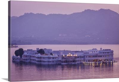 India, Rajasthan, Udaipur, Lake Palace at dusk