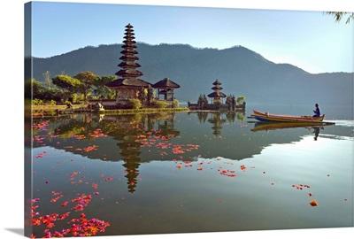 Indonesia, Bali Island, Tabanan, Lake Bratan, A traditional rowing boat