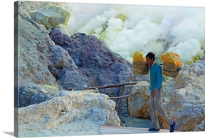 Indonesia, Java, Kawah Ijen Volcano, mining sulfur by hand