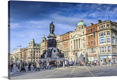 Ireland, Dublin, O'Connell Street with Daniel O'Connell Statue