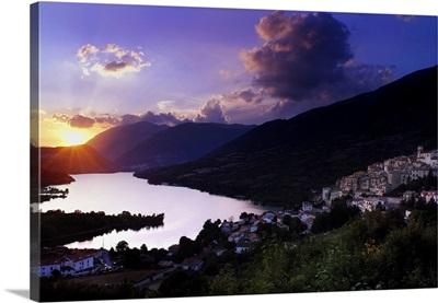 Italy, Abruzzo, Abruzzo National Park, Barrea, Town and lake