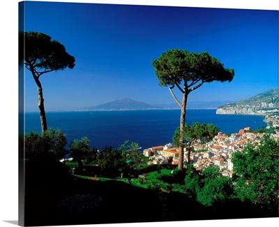 Italy, Campania, Sorrento, Gulf of Naples, town and Mount Vesuvius