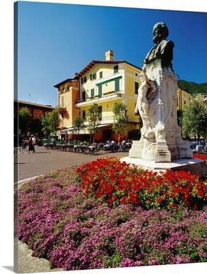 Italy, Lombardy, Lago d'Iseo, Iseo town, Piazza Garibaldi