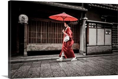 Japan, Kinki, Kyoto, Maiko walking to work in the rain