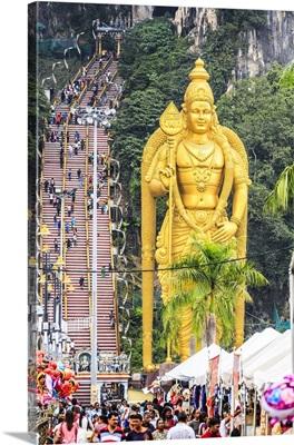 Malaysia, Kuala Lumpur, Golden statue at the entrance to the Batu Caves