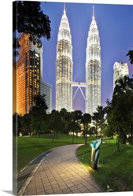 Malaysia, Selangor, Kuala Lumpur, View of Petronas Towers from KL City Centre Park
