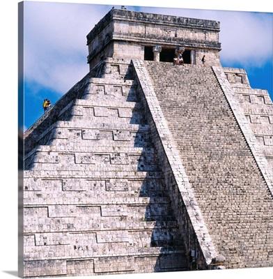 Mexico, Caribbean, Yucatan, Chichen Itza, Kukulkan Pyramid also called El Castillo