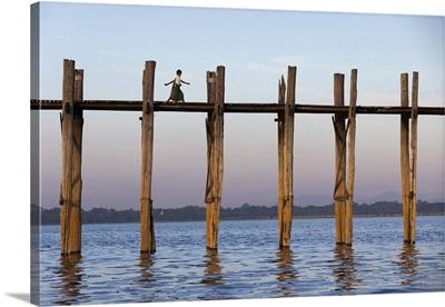 Myanmar, Mandalay, Amarapura, Children walkinh along the iconic U-Bein teak bridge