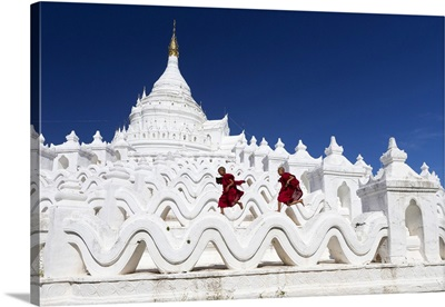 Myanmar, Mandalay, Mingun, Novice monks at the Hsinbyume Pagoda