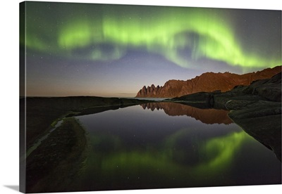 Norway, Troms, Senja Island, Northern light over Tungeneset