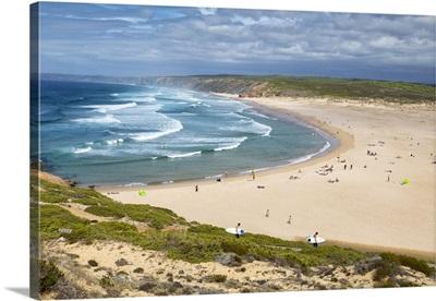 Portugal, Algarve, Vicentine Coast Natural Park, Surfers walking to Praia da Bordeira