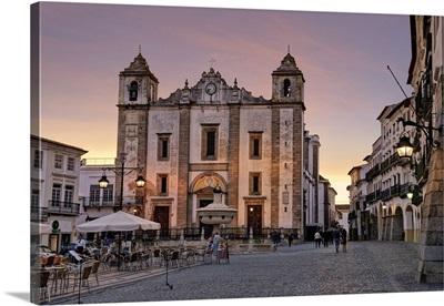 Portugal, Evora, Alentejo, Giraldo Square and the church of Santo Antao at dusk
