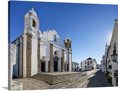 Portugal, Evora, Alentejo, Monsaraz, Central square with the parish church and pillory