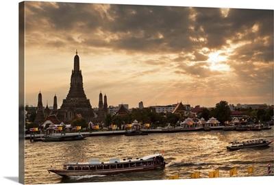 Thailand, Bangkok, Wat Arun, Sunset over the Wat Arun and the Chao Phraya river