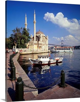 Turkey, Asia Minor, Istanbul, Ortakoy Mosque and Bosphorus Bridge in background