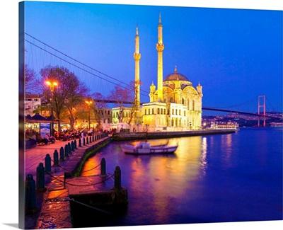 Turkey, Istanbul, Ortakoy Mosque and Bosphorus bridge in background