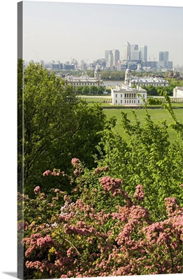 UK, England, Park with Queens House and Canary Wharf in the background