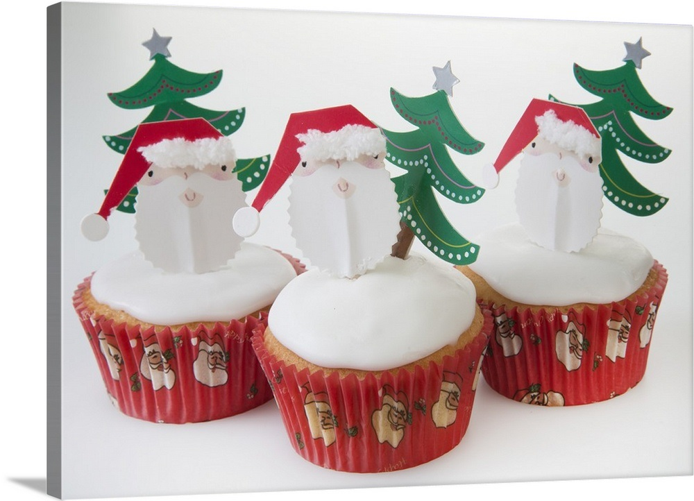 Christmas Themed Cakes Pictures.White Iced Sponge Christmas Themed Cupcakes