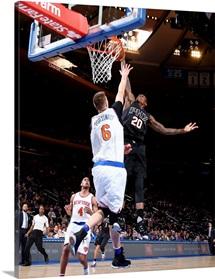 Archie Goodwin of the Phoenix Suns dunks against Kristaps Porzingis