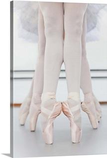 Ballet dancers, feet on pointe