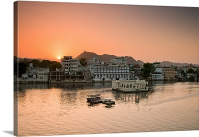 Beautiful Pichola Lake at sunset, Udaipur.
