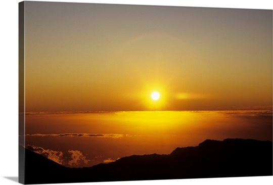 Hawaii, Sunball sinking into the horizon over the ocean, view from ...