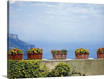 Italy, Amalfi Coast, Ravello, Potter flowers on wall