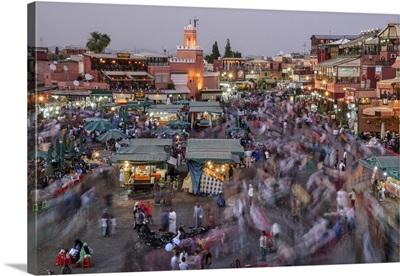 Africa, Morocco, Marrakech, Busy market of Jemaa el-Fnaa at dusk
